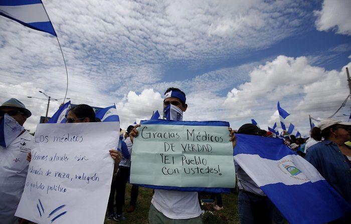 Cientos de personas marchan en apoyo a los médicos despedidos hoy, sábado 4 de agosto de 2018, en Managua (Nicaragua). Los manifestantes autoconvocados de Nicaragua se citaron hoy en Managua para apoyar públicamente a los médicos del Gobierno que han sido destituidos por atender a manifestantes heridos en protestas contra el presidente Daniel Ortega. EFE