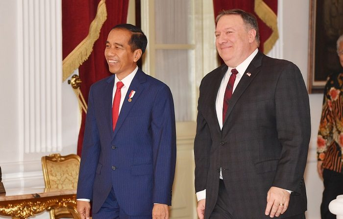 El secretario de Estado de EEUU, Mike Pompeo, lamentó hoy la lentitud del proceso de paz en la península de Corea durante su visita a Indonesia, en la que se reunió con el presidente de ese país, Joko Widodo, con el que también habló de comercio. EFE/EPA/ADEK BERRY / POOL