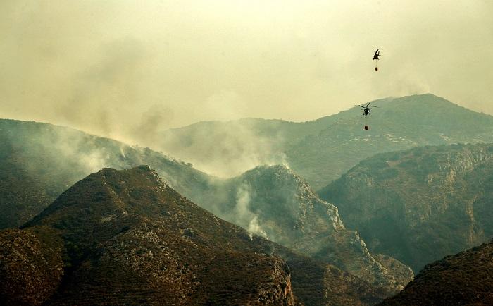 Más medios aéreos para el incendio de Llutxent (Valencia) y desalojos por humo Dos helicópteros trabajan en el frente del incendio. EFE