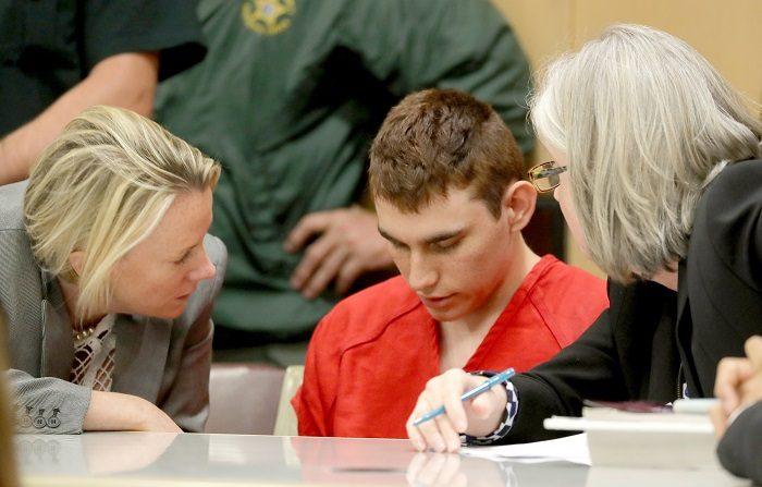 En autor de la matanza de Parkland escuchaba una voz que le ordenaba matar El autor confeso del tiroteo en un instituto de Florida el pasado 14 de febrero, Nikolas Cruz (centro), comparece ante la corte, en Fort Lauderdale, Florida, EEUU. EFE/POOL/Archivo