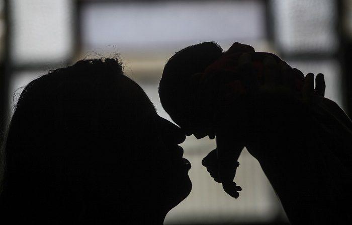 Uno de cada siete bebés de madres con Zika tienen problemas de salud Fotografía de una mujer que sostiene a un recién nacido con microcefalia. EFE/Archivo