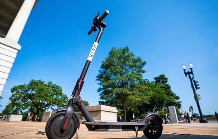 """Aparecieron de la nada y ahora, tras dos meses de auténtico fervor, la moda de los """"scooters"""" (patinetes eléctricos) podría llegar a un fin temporal, al menos en Los Ángeles (California), mientras se aprueban nuevas regulaciones para el uso de estos vehículos.EFE/EPA/Archivo"""