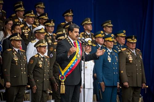 El mandatario venezolano, Nicolás Maduro (c), participa en un acto televisado con militares en el centro de Caracas (Venezuela) por la conmemoración el 4 de agosto de 2018, de los 81 años de la creación de la Guardia Nacional Bolivariana (GNB) antes de ser evacuado de emergencia. EFE