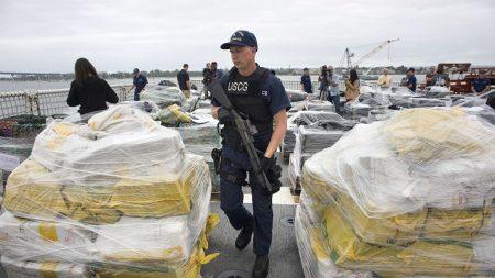 Guardia Costera de EE.UU. desembarca 7 toneladas de cocaína interceptada