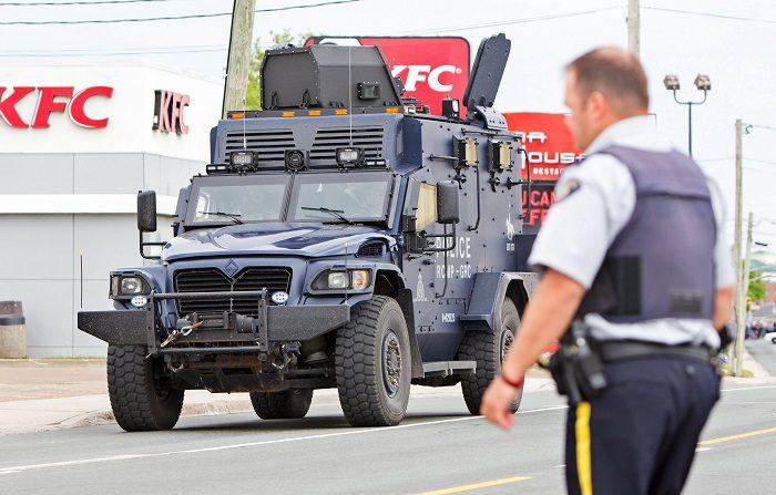 MONC01- MONCTON (CANADÁ), 5/6/2014.- Vista de un camión blindado de la policía recorriendo Mountain Road, Moncton, Canadá, hoy jueves 5 de junio de 2014. La Policía canadiense dijo que avistó hoy a Justin Bourque, el supuesto autor del asesinato de 2 agentes en un vecindario de la localidad, pero que el sospechoso sigue prófugo. La Policía Montada canadiense dijo durante una rueda de prensa que el incidente se inició este miércoles cuando recibió una llamada que alertaba de la presencia en las calles de Moncton, una localidad de unos 70.000 habitantes en la costa atlántica canadiense, de un joven fuertemente armado y vestido con ropas militares de camuflaje. EFE/BEN RUSSELL