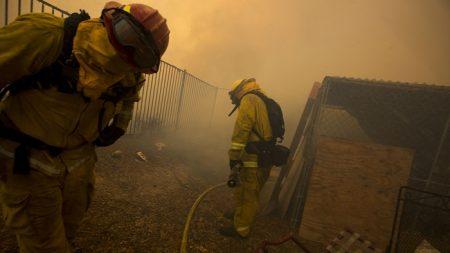 Bomberos están cerca de controlar la mitad de incendio Holy en California