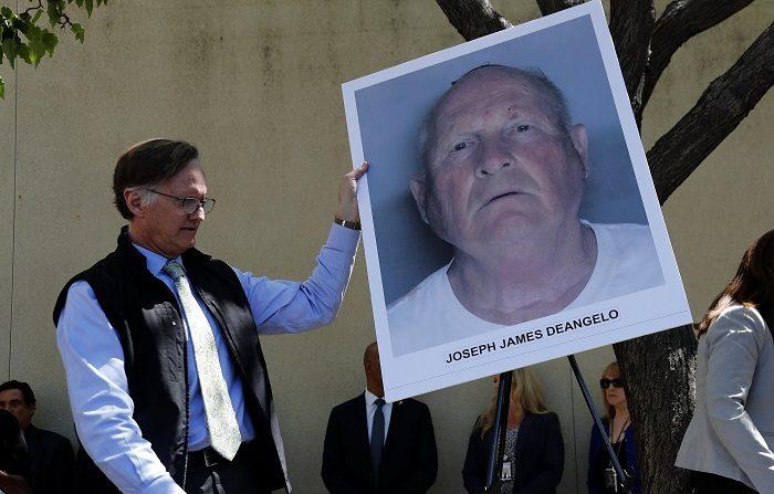 JGM02. SACRAMENTO (EE.UU.), 25/04/2018.- Un oficial coloca una fotografía policial en un caballete, del sospechoso identificado como Joseph James DeAngelo, de 72 años, ex oficial de policía en Visalia y Auburn hoy, miércoles 25 de abril de 2018, tras una conferencia de prensa en el laboratorio del Crimen de la Fiscalía del Distrito, en Sacramento (EE.UU.). Durante la conferencia de prensa se anunció que se había realizado un arresto en la búsqueda de décadas del asesino de Golden State y presunto asesino en serie y violador en los años setenta y ochenta. El sospechoso identificado como Joseph James DeAngelo, de 72 años, ex oficial de policía en Visalia y Auburn, California. EFE/JOHN G. MABANGLO