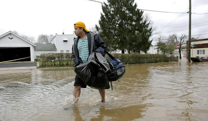 Residentes de Nueva Jersey tuvieron hoy que evacuar sus hogares, por segunda vez en tres días, debido a las inundaciones provocadas por la lluvia torrencial, que obligó a cerrar varias calles y perjudicó a los conductores. EFE/Archivo
