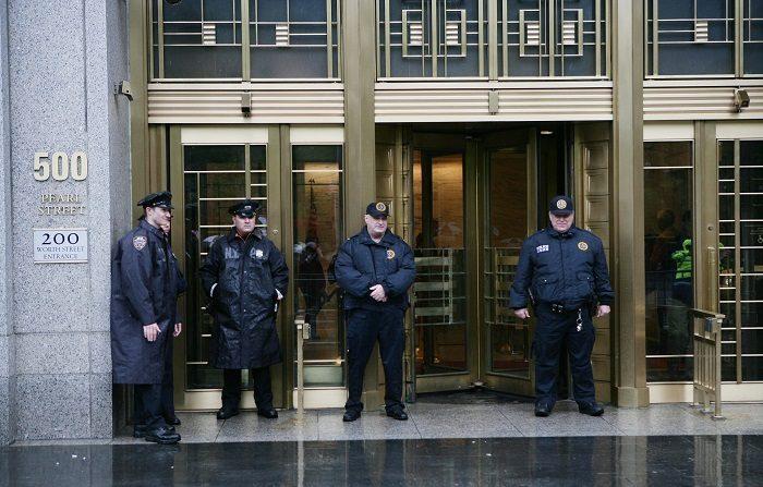 """NY004. NUEVA YORK (EEUU), 18/05/2010.- Policías montan guardia frente al edificio de la corte federal, donde el martes 18 de mayo de 2010, se presentó Faisal Shahzad, el estadounidense de origen paquistaní acusado por el fallido ataque con coche bomba en Times Square, y que compareció ante un juez de Nueva York (EEUU). Shahzad ha entregado """"valiosa información"""" a las autoridades, según la Fiscalía federal de Manhattan. EFE/GINO DOMENICO"""