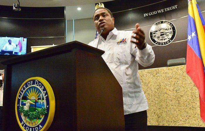 """EFE/EUA CARIBE SHM46 MIAMI (FL,EE.UU), 13/04/17.- Jose Antonio Colina, presidente de Veppex habla este jueves 13 de abril durante el acto en el que el alcalde de la ciudad del Doral, Juan Carlos Bermudez (no aparece) anunció el 13 de abril como """"Dia del exiliado Venezolano"""", durante un evento en el que Luis Almagro, secretario general de la OEA, además recibió la Orden de Exilio del Venezolano Rómulo Betancourt de parte de la Organización de Venezolanos Perseguidos Políticos en el Exilio (Veppex). En el ayuntamiento de la ciudad del Doral (Florida), aledaña a Miami, Almagro condenó hoy en términos muy duros al Gobierno venezolano, un """"régimen"""", afirmó, que """"tiene las manos manchadas de sangre"""", y exigió el cese de la """"acción homicida de paramilitares"""" (colectivos) en las calles. EFE/GIORGIO VIERA"""
