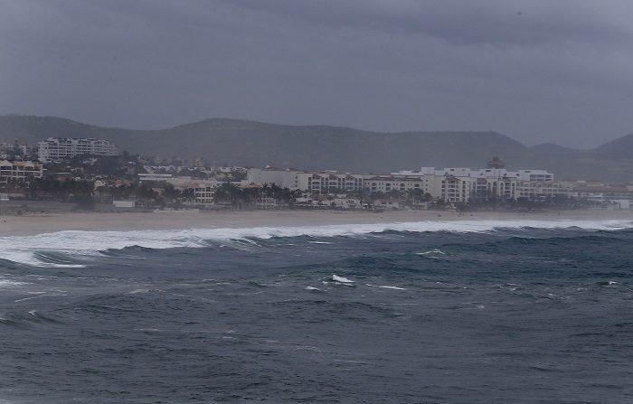 LB02. LOS CABOS (MÉXICO), 07/08/2018.- Vista general de una playa en Los Cabos, Baja California Sur (México) hoy, martes 7 de agosto de 2018. John se mantiene como huracán categoría 2 tras absorber la tormenta tropical Ileana y ocasiona tormentas de fuertes a muy fuertes en seis estados del oeste y noroeste de México, informó hoy el Servicio Meteorológico Nacional (SMN). EFE/Jorge Reyes