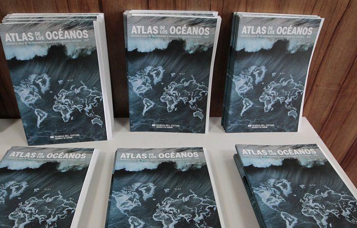 """MEX054. CIUDAD DE MÉXICO (MÉXICO), 17/08/2018.- Vista de varios ejemplares del """"Atlas de los Océanos"""" presentado por la fundación Heinrich Böll México y el Caribe hoy, viernes 17 de agosto de 2018, en Ciudad de México (México). La contaminación por microplásticos y la falta de regulación de la actividad pesquera constituyen las amenazas más graves para los océanos, afirmaron hoy los autores del """"Atlas de los Océanos: Hechos y cifras de las amenazas a nuestros ecosistemas marinos 2017"""". EFE/Mario Guzmán"""