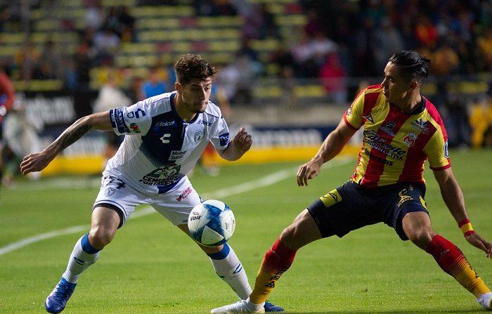 El jugador de Morelia Efrain Velarde (d) disputa un balón con Ángelo Sagal (i) de Pachuca hoy, martes 21 de agosto de 2018, durante el juego correspondiente a la jornada 6 del torneo mexicano de fútbol, celebrado en el estadio Morelos en la ciudad de Morelia (México). EFE/ Luis Enrique Granados