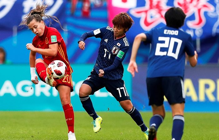 La española Claudia Pinar (i) lucha por el balón con la japonesa Nanami Kitamura (c) durante la final de la Copa Mundial de la FIFA 2018 de fútbol femenino sub-20 en la que se enfrentan España y Japón en el estadio Rabine en Vannes (Francia). EFE