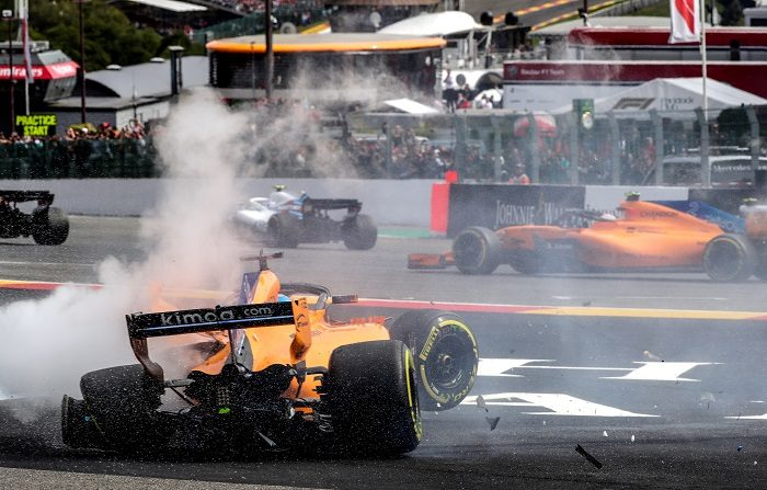 """El piloto español de Fórmula Uno Fernando Alonso (McLaren), víctima de un choque provocado por el alemán Nico Hülkenberg (Renault) que le golpeó por detrás, señaló tras la carrera que """"hay que saber hacer salidas"""" y dijo que esperará a la decisión de los comisarios de carrera. EFE"""