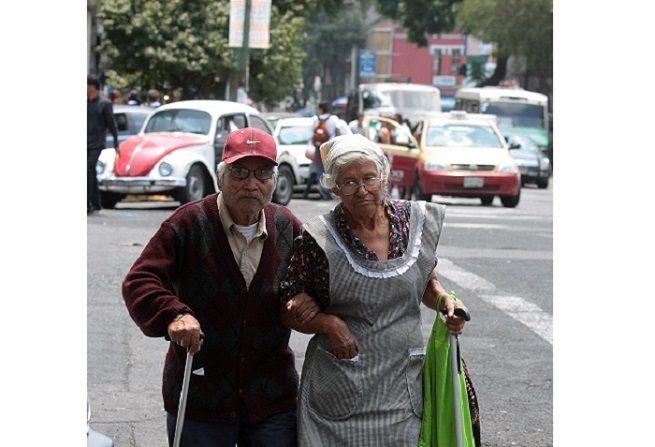 Casi la mitad de la población Mexicana de 60 años o más, vive en la pobreza, mientras que entre 20 % y 30 % sufre violencia física, psicológica, económica o abandono, afirmó Mario Enrique Tapia, académico de la Universidad Nacional Autónoma de México (UNAM). EFE