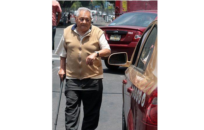 Actitud positiva, ejercicio y buena alimentación garantizan una vejez feliz Una persona de la tercera edad camina entre el flujo de automoviles. EFE/Archivo