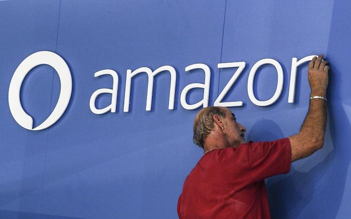 Tras Apple, Amazon también se acerca al club del billón de dólares An workers adjust an Amazon Alexa logo at the Internationale Funkaustellung Berlin (IFA). EFE/FILE