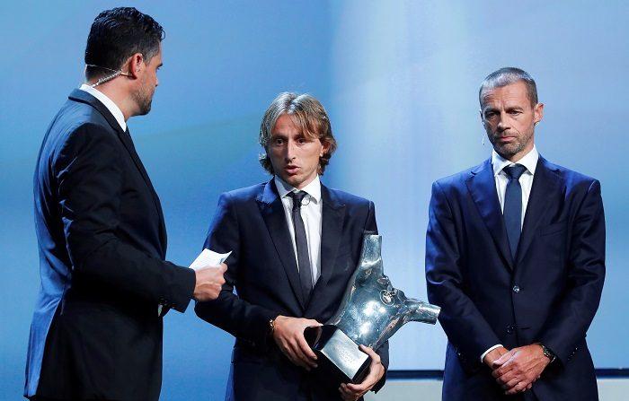 El futbolista croata del Real Madrid Luka Modric (c) recibe el trofeo al mejor jugador de la última temporada de manos del presidente de la UEFA, Aleksander Ceferin (dcha), durante la ceremonia de entrega de galardones de la UEFA en Mónaco hoy, 30 de agosto de 2018. EFE