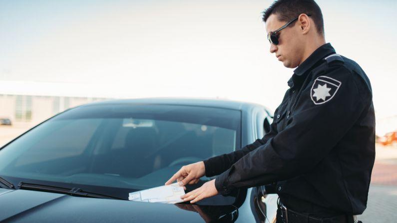 Policía multa por mal estacionamiento. Imagen ilustrativa. (Nomad_Soul/Shutterstock)