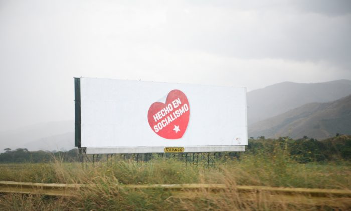 """Un cartel publicitario en Venezuela promueve el eslogan """"Hecho por el Socialismo"""". El logotipo también aparece en los productos confiscados a empresas privadas. (Creative Commons)"""