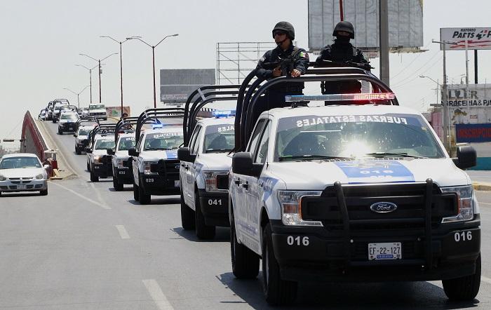 Cientos de policías estatales llegan hoy, sábado 4 de agosto de 2018, a la ciudad fronteriza de Juárez (México) donde este viernes fueron asesinadas 11 personas. El asesinato de un líder pandillero asesinado en un penal del norteño estado mexicano de Chihuahua detonó la violencia en la fronteriza Ciudad Juárez, donde en solo 20 horas mataron a más de 30 personas. El pasado 2 de agosto, luego de una aparatosa riña entre internos del penal Aquiles Serdán en Chihuahua capital, fue asesinado a cuchilladas Juan Arturo Padilla, alias El Genio. EFE/Héctor Dayer