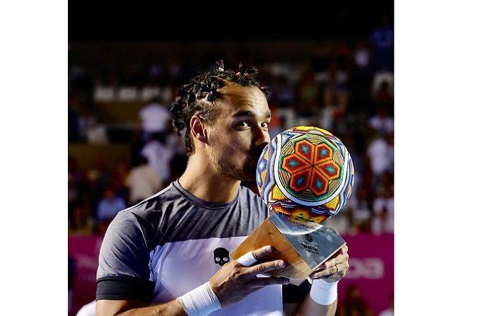 El tenista italiano Fabio Fognini besa su trofeo luego de vencer al argentino Juan Martín del Potro hoy, sábado 4 de agosto de 2018, durante la final del abierto de tenis de Los Cabos, en Baja California Sur (México). Fognini, decimoquinto de la lista mundial, venció hoy por 6-4 y 6-2 al argentino Juan Martín del Potro, primer favorito, para ganar el Abierto de tenis de Los Cabos, torneo 250 de la ATP. EFE/Jorge Reyes
