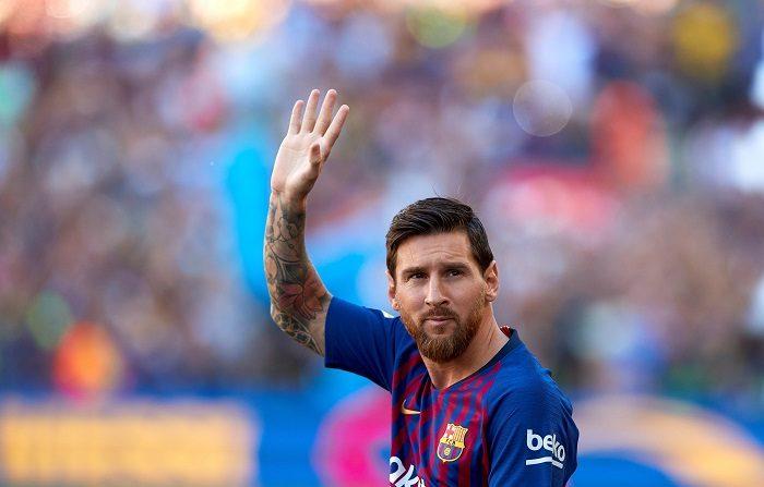 GRAF6208. BARCELONA.15/08/2018.- El delantero argentino del Barcelona Lionel Messi saluda al público durante la presentación antes de comenzar el trofeo Joan Gamper ante Boca Juniors en el Nou Camp. EFE/Alejandro García