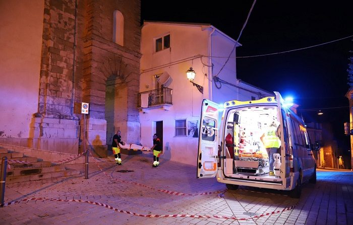 ITA01. MONTECILFONE (ITALIA), 16/08/2018.- Una mujer es auxiliada por personal méxico después de un sismo de 5.2 que se registró en Montecilfone, región de Molise (Italia) hoy, jueves 16 de agosto de 2018. Un terremoto de magnitud 5,2 en la escala de Richter sacudió hoy a las 20.19 horas (18.19 GMT) la región central italiana de Molise y también se sintió en las regiones cercanas de Campania y Apulia, informó el Instituto Nacional de Geofísica y Vulcanología (INGV). EFE/NICOLA LANESE