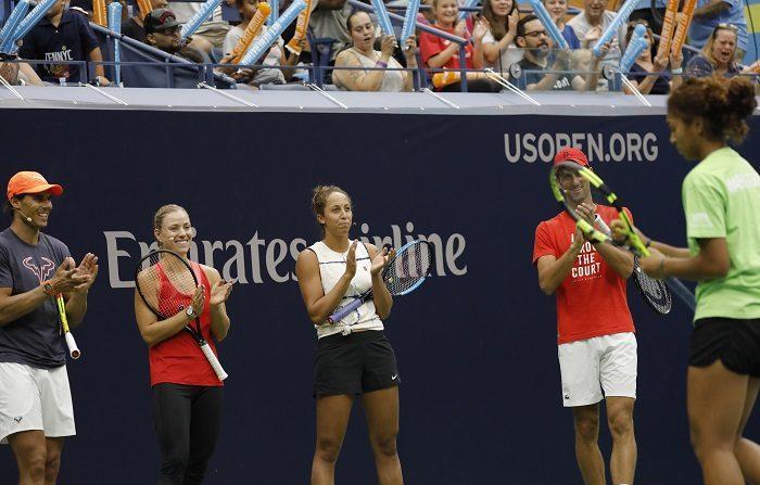 """PFX33. Nueva York (Estados Unidos), 25/08/2018.- (izq. a der.) Los tenistas Rafael Nadal, Madison Keys, Angelique Kerber y Novak Djokovic aplauden a la joven tenista Nicole Hammond (der.) en el """"Día de los Niños Arthur Ashe 2018"""" del Campeonato Abierto de Tenis de Estados Unidos en el Centro Nacional de Tenis de la USTA en Flushing Meadows, Nueva York, EE.UU., el 25 de agosto de 2018. (Tenis, Abierto, Estados Unidos, Nueva York) EFE/EPA/PETER FOLEY  Traducción realizada con el traductor www.DeepL.com/Translator"""