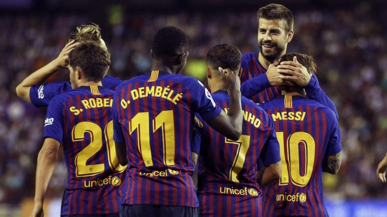 Los jugadores del FC Barcelona celebran el primer y único gol del equipo blaugrana durante el encuentro correspondiente a la segunda jornada de primera división que han disputado esta noche frente al Real Valladolid en el estadio José Zorrilla de la capital pucelana.EFE/NACHO GALLEGO.