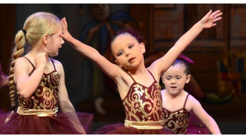 Esta niña llora por pánico escénico cuando sale al escenario, pero papá logra salvar el show