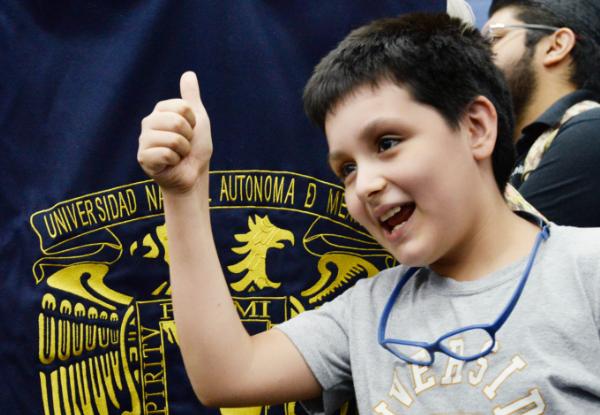 """""""Emocionado"""", el niño genio de 12 años asistió al primer día de clases en la Universidad de México"""