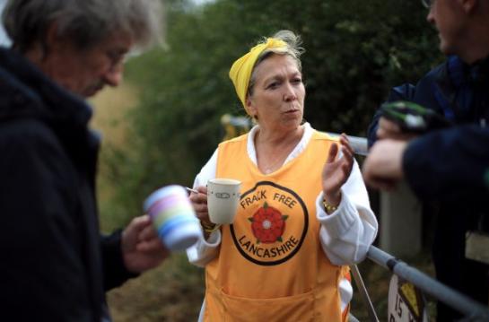 La activista Tina Louise Rothery, del grupo de protesta Libre de Fracking Lancashire, espera la llegada de simpatizantes a un campamento antifracking cerca del sitio de una plataforma de perforación propuesta el 14 de agosto de 2014, en Blackpool, Inglaterra. (Christopher Furlong/Getty Images)
