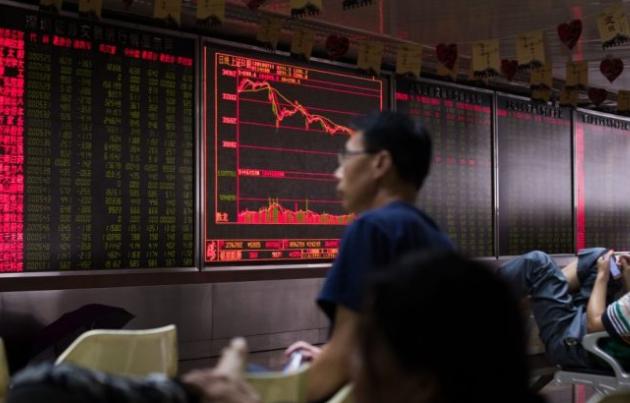Un inversionista observa una terminal personal en una compañía de valores en Beijing el 9 de julio de 2015. (Greg Baker / AFP / Getty Images)