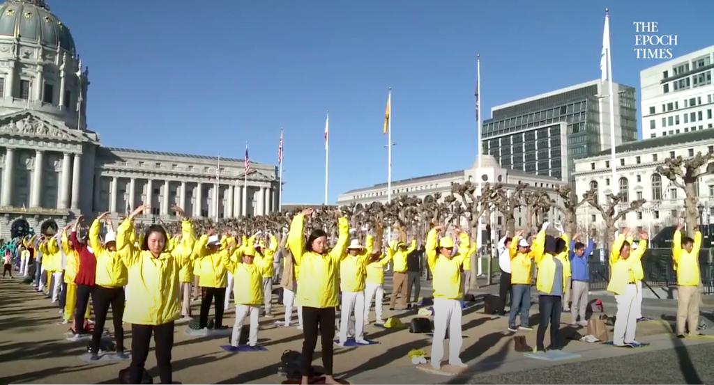 Practicantes de Falun Dafa haciendo los ejercicios