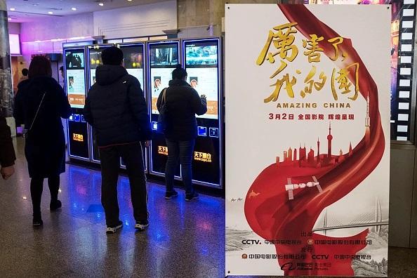 """Cartel de """"Amazing China"""" en una sala de cine de Shanghai, el 9 de marzo de 2018. (JOHANNES EISELE/AFP/Getty Images)"""