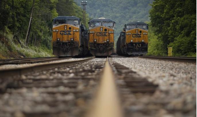 Trenes que transportan carbón en una estación de ferrocarril en Pikeville, Kentucky, el 3 de junio de 2014. (Luke Sharrett / Getty Images)