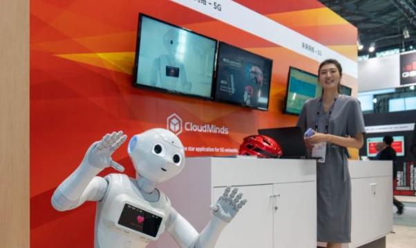 Un robot de IA desarrollado por la empresa china CloudMinds, en la Mobile World Conference en Shanghai el 27 de junio de 2018. (AFP / Getty Images)