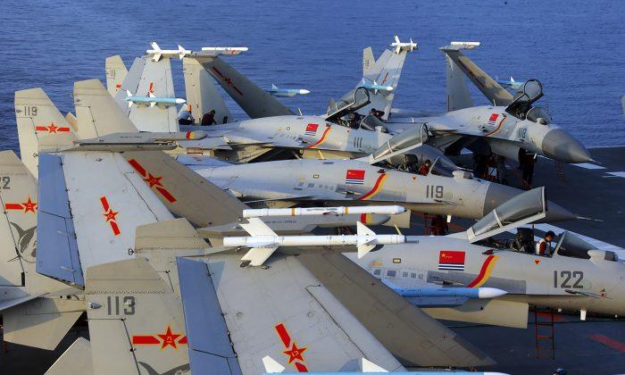 Esta foto sin fecha tomada en abril de 2018 muestra aviones de combate multipropósito J-15 en el portaaviones de China, Liaoning, durante un simulacro en el mar. El nuevo informe anual del Pentágono sobre el ejército chino dice que China está entrenando a sus bombarderos para posibles ataques contra fuerzas estadounidenses y aliadas. (AFP/Getty Images)