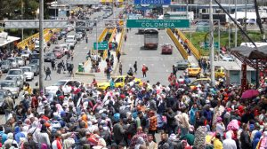 Éxodo de venezolanos hace colapsar frontera con Brasil y provoca estado de emergencia en Ecuador