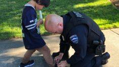 Policías curan las heridas de los pies de un niño descalzo y le regalan un par de zapatos nuevos