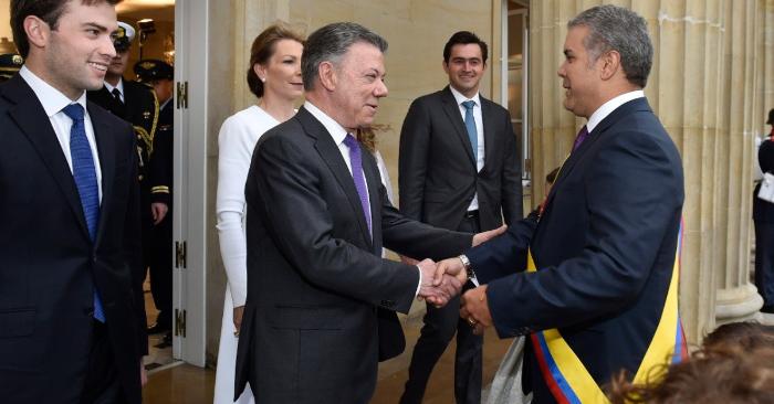 El presidente de Colombia Iván Duque (d) es recibido por el exmandatario Juan Manuel Santos (c) a su llegada a la Casa de Nariño, sede del Ejecutivo, el martes 7 de agosto de 2018, en Bogotá (Colombia). EFE/Oficina de Prensa de Iván Duque.