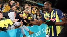 El bólido humano Usain Bolt debuta como futbolista pero falla un gol por falta de velocidad