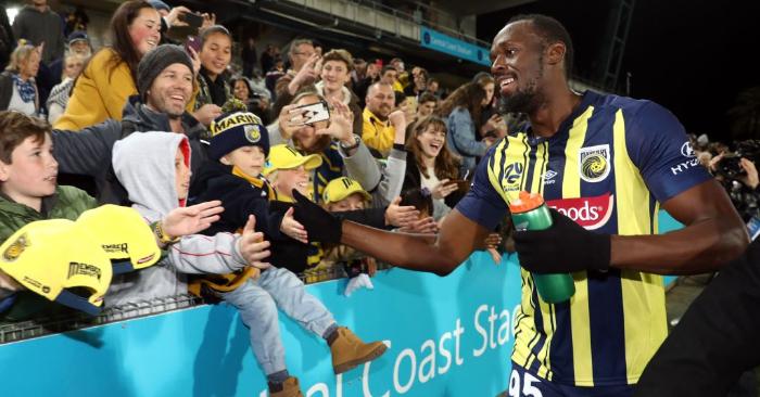 El velocista olímpico Usain Bolt, que juega para el club de fútbol de la A-League Central Coast Mariners, saluda a los aficionados durante un partido de práctica de pretemporada contra un equipo de selección de aficionados de la Costa Central en Gosford, Nueva Gales del Sur, el 31 de agosto de 2018. - (Crédito de ANDREW MURRAY/AFP/Getty Images)