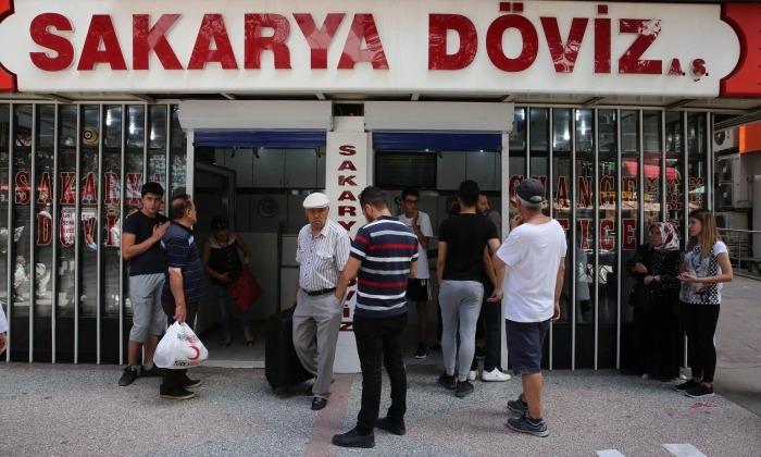 La gente mira los tipos de cambio en Ankara, Turquía, el 10 de agosto de 2018. (Adem Altan/AFP/Getty Images)