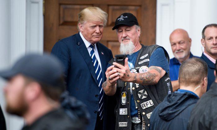 """El presidente Donald Trump se toma una foto con un segudor durante el evento de """"Motociclistas por Trump"""" en el Trump National Golf Club en Bedminster, Nueva Jersey, el 11 de agosto de 2018. (BRENDAN SMIALOWSKI/AFP/Getty Images)"""