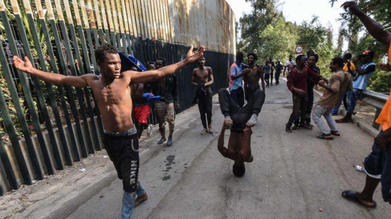 Inmigrantes saltan la valla de Ceuta el 22 de agosto de 2018. JOAQUIN SANCHEZ/AFP/Getty Images)