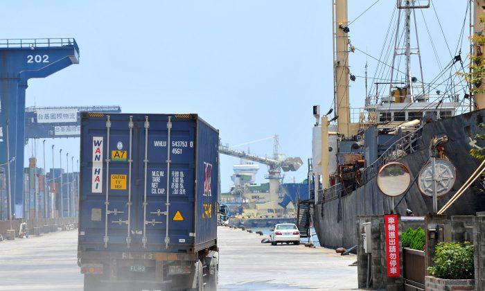 Un camión de contenedores conduce a lo largo de un muelle en el concurrido puerto de Keelung, en el norte de Taiwán, el 8 de agosto de 2011. (Patrick Lin/AFP/Getty Images)