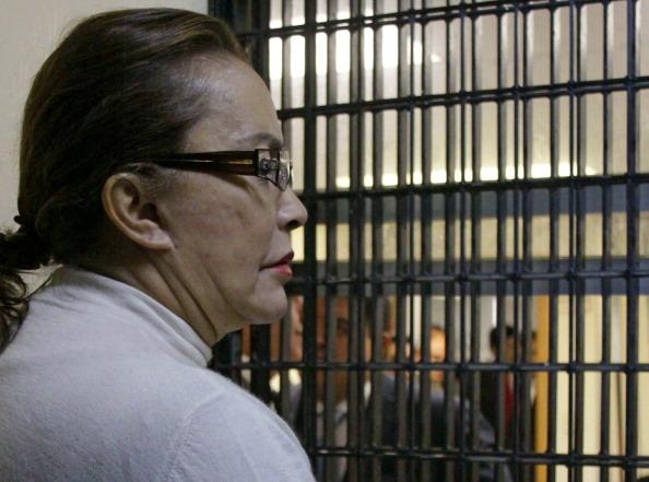 Líder mexicana del Sindicato Nacional de Trabajadores de la Educación, Elba Esther Gordillo permanece en la corte el 27 de febrero de 2013, en la Ciudad de México. Gordillo fue arrestada el 26 de febrero de 2013 en el aeropuerto de Toluca, México, por malversar dinero del sindicato de maestros. (STR/AFP/Getty Images)